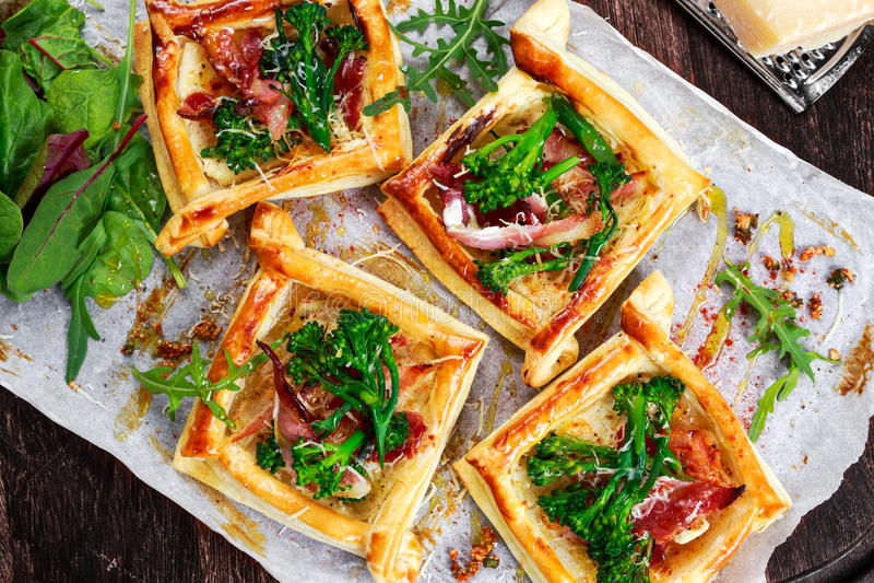 烟肉,乳酪, tenderstem硬花甘蓝打翻油酥点心,用蔬菜沙拉 免版税库存照片