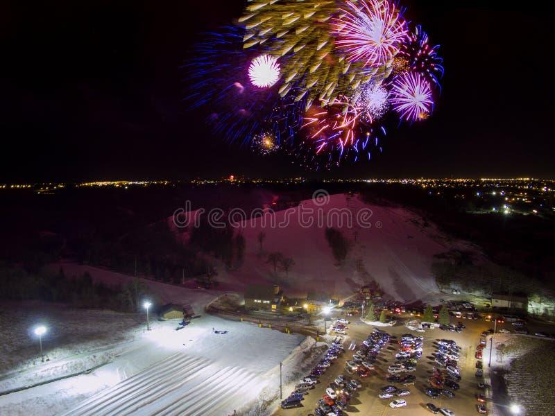 烟花发射在大熊星座在苏族瀑布,南达科他的滑雪小山除夕 免版税库存照片