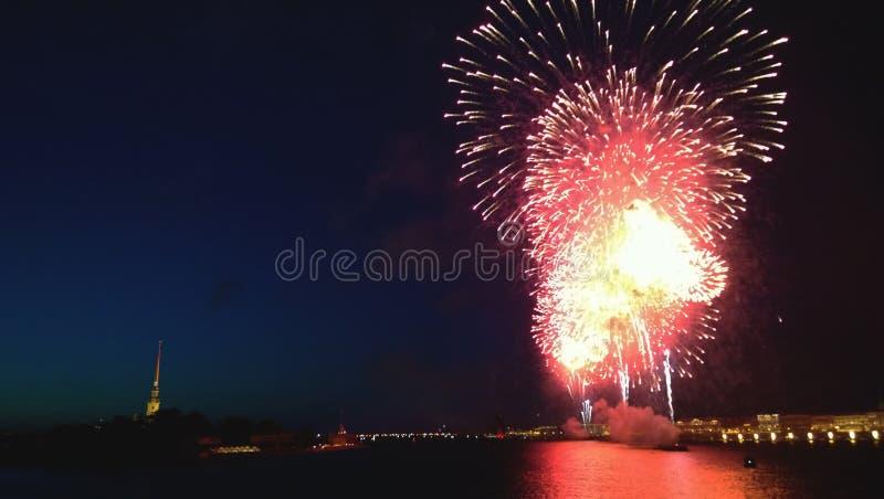 烟花在圣彼德堡在毕业生猩红色的庆祝时航行 库存照片