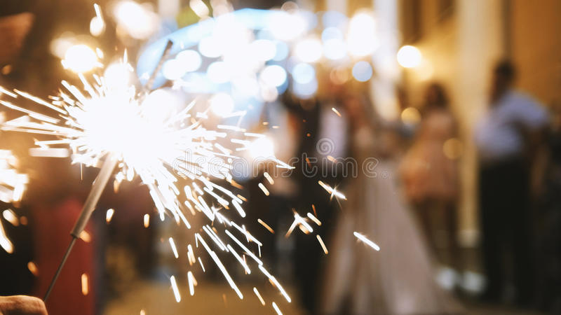 烟花在客人的手-婚礼晚上上 免版税库存照片