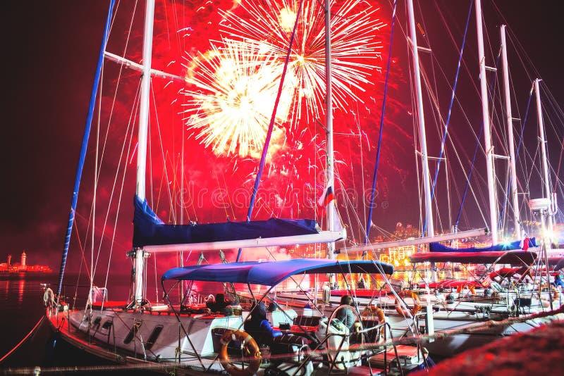 烟花在晚上,胜利天致敬在主要码头区的在雅尔塔,克里米亚的海滨的 库存照片
