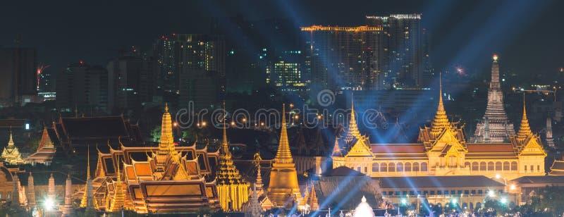 烟花在父亲在鲜绿色菩萨,曼谷,泰国的` s天 免版税库存照片