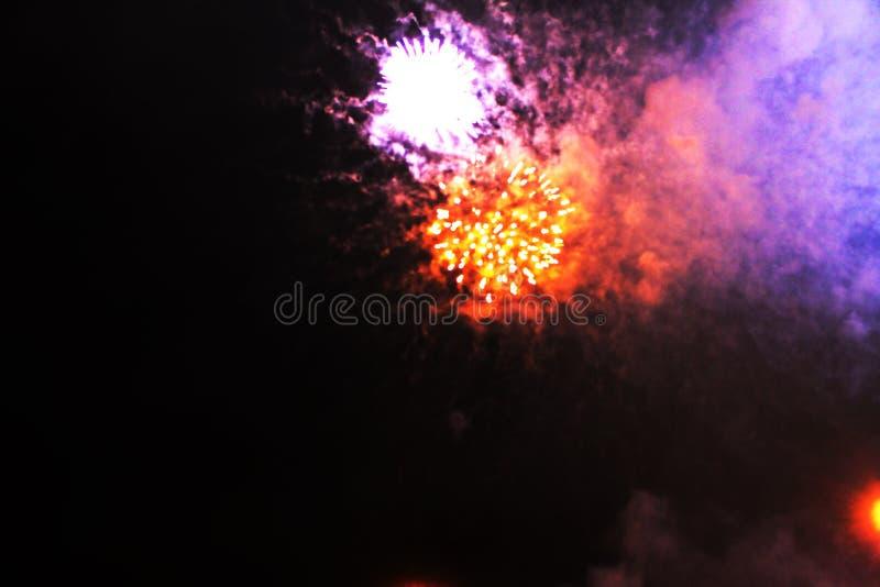 烟花明亮的红色和紫色发光的光雾  在万圣节期间,圣诞节,美国独立日,新年 库存照片