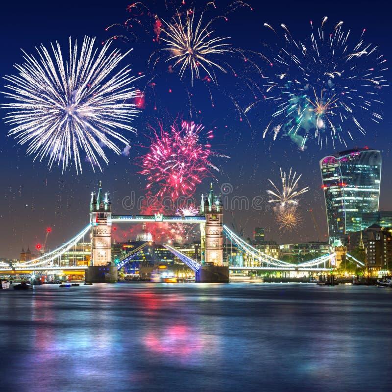 烟花显示在塔桥梁在伦敦英国 免版税库存照片