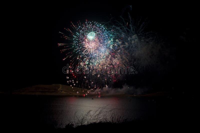 烟花显示在湖 库存照片