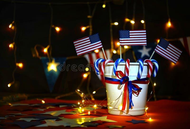 烟花显示庆祝美国国家的独立日7月四的与的我们旗子, 库存图片