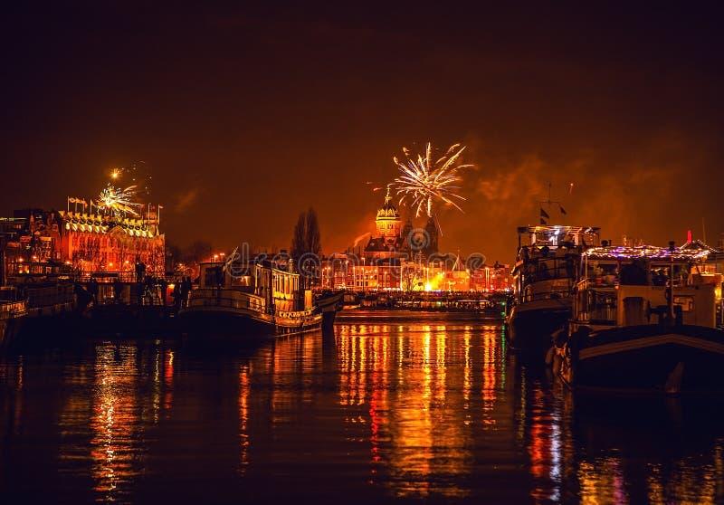 烟花欢乐致敬在新年的夜 2016年1月1日在阿姆斯特丹- Netherland 免版税库存图片