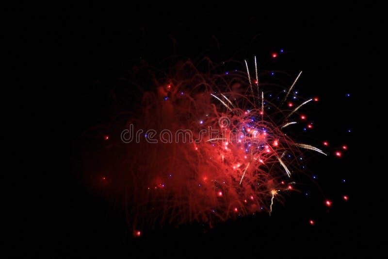烟花背景-颜色和光庆祝红色闪光  免版税库存照片