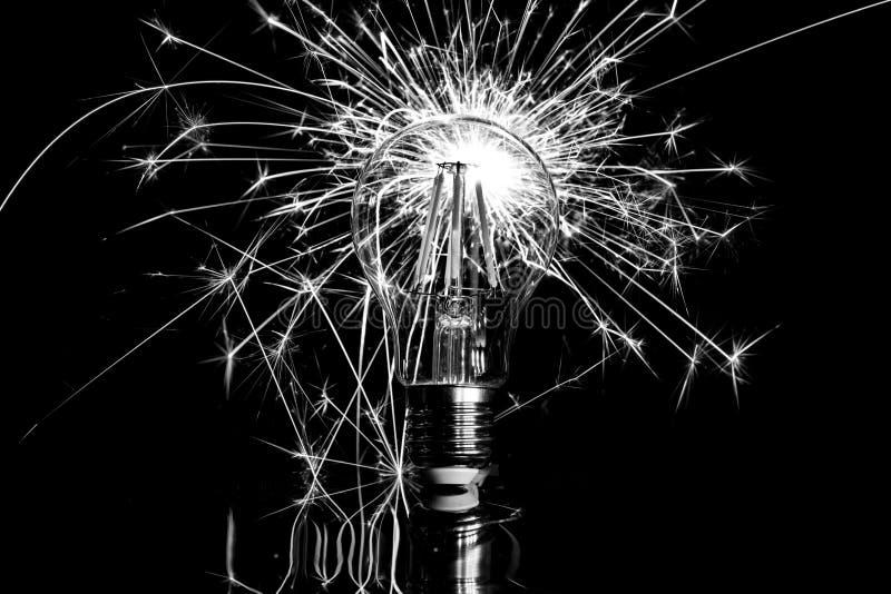 烟花闪烁发光物陈列通过LED电灯泡-黑色&丝毫 库存照片
