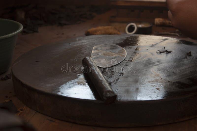 烟草生产在墨西哥城,与工具的场面的过程为雪茄的混合药剂 库存照片