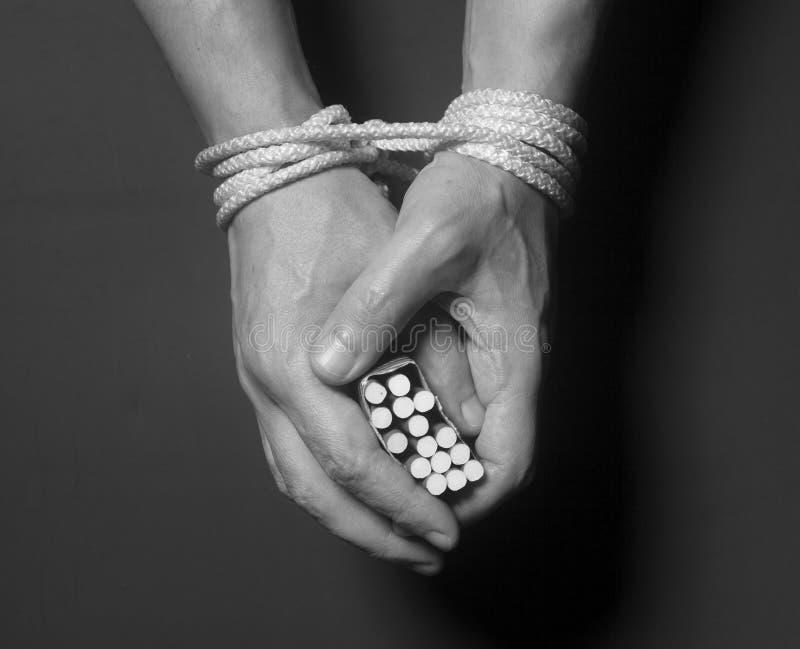 烟草瘾 在男性手上的香烟绑住与绳索 免版税库存图片
