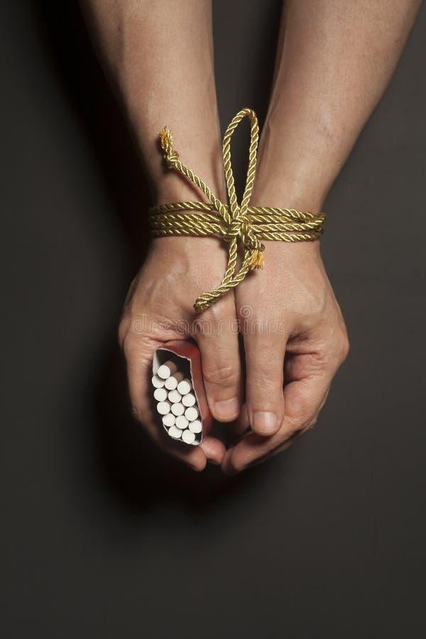 烟草瘾 在男性手上的香烟绑住与绳索 库存照片