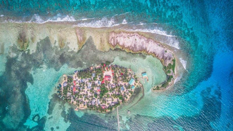 烟草Caye小加勒比岛空中寄生虫视图在伯利兹堡礁 免版税库存图片