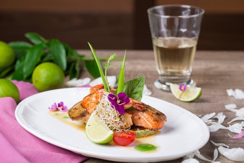烤三文鱼和虾一个可口盘  免版税库存图片