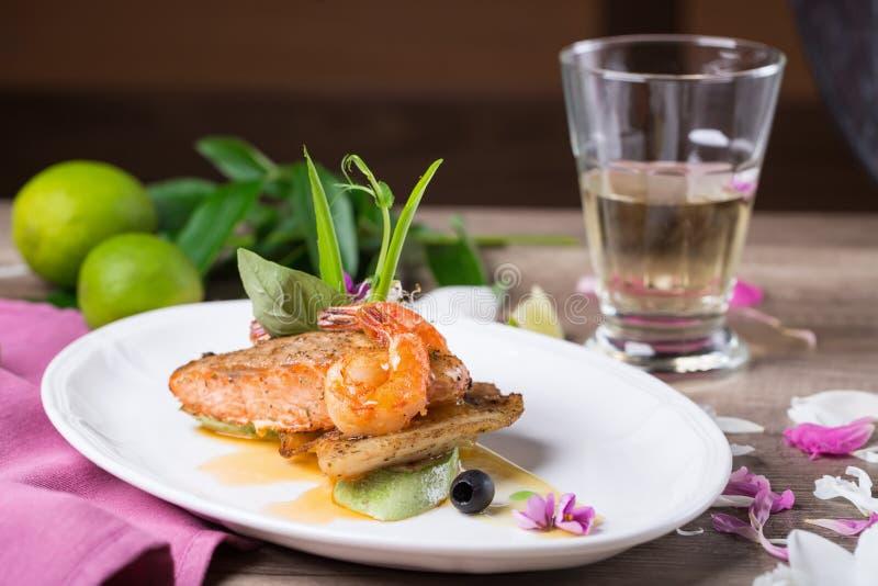 烤三文鱼和虾一个可口盘  免版税库存照片