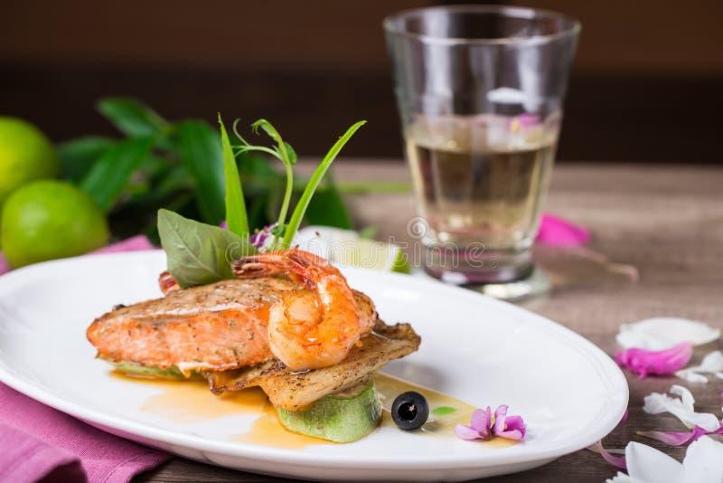 烤三文鱼和虾盘  免版税库存图片