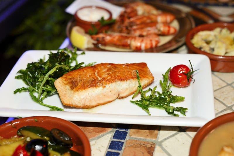 烤三文鱼在西班牙餐馆 免版税库存图片