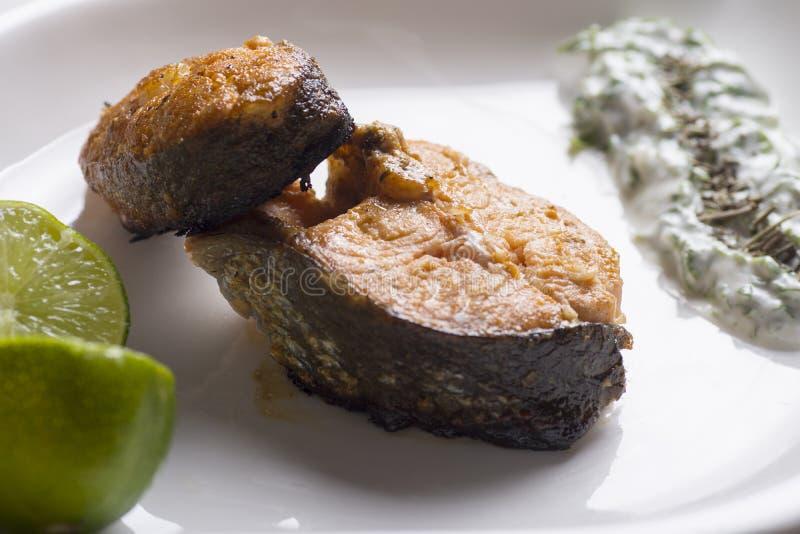 烤三文鱼柠檬和沙拉 免版税库存照片