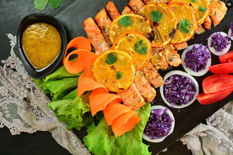 烤三文鱼沙拉-与食谱准备照片的一顿可口keto饮食膳食 免版税图库摄影