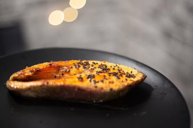烤三文鱼特写镜头用黑芝麻 库存照片