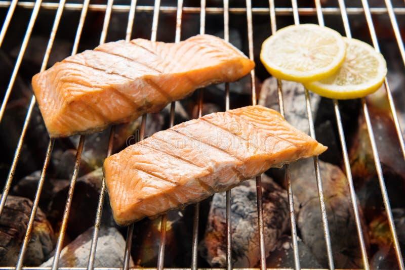 烤三文鱼用在火焰状格栅的柠檬 库存照片