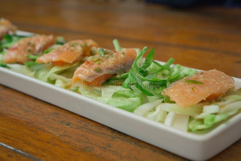 烤三文鱼用新鲜的沙拉和柠檬 选择聚焦 库存照片