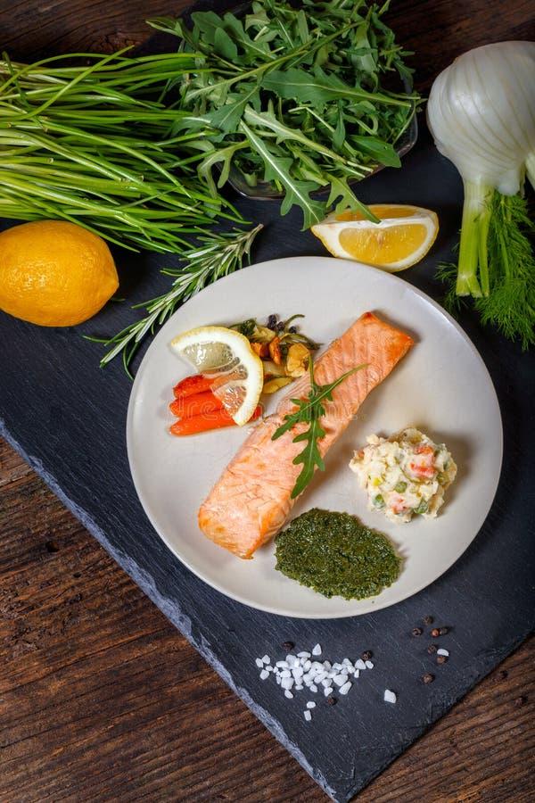 烤三文鱼用柠檬、草本和pesto 库存照片