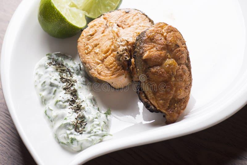 烤三文鱼用柠檬和沙拉 免版税库存照片