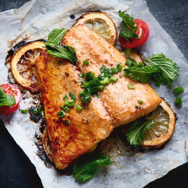烤三文鱼用柠檬和草本 库存图片