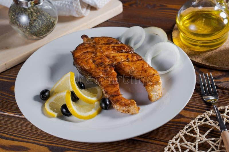烤三文鱼用柠檬和草本 免版税库存图片