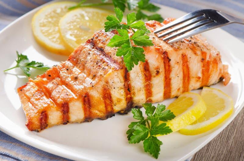 烤三文鱼用柠檬和草本 免版税库存照片