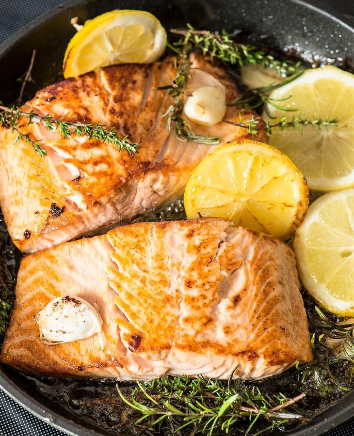 烤三文鱼用草本、大蒜和柠檬 饵料 免版税库存图片