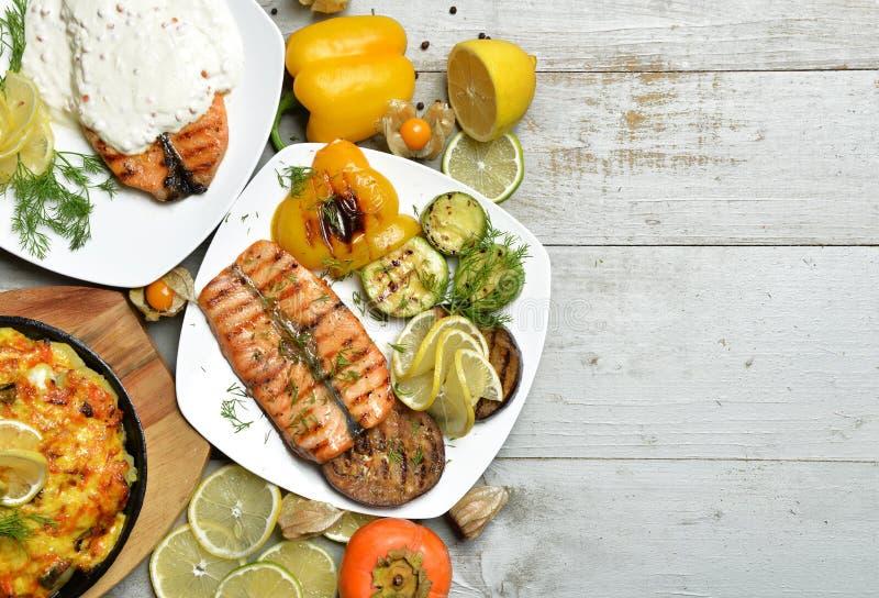 烤三文鱼鱼排内圆角用BBQ菜的肉馅饼 免版税图库摄影