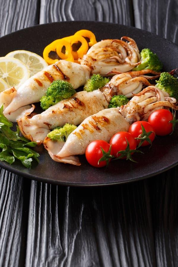 烤乌贼的部分与新鲜蔬菜特写镜头的在pla 图库摄影