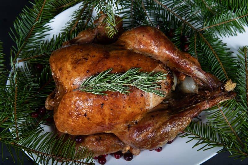 烤假日火鸡装饰了用新鲜的草本 库存图片