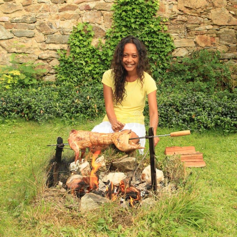 烤兔子的女孩 库存照片