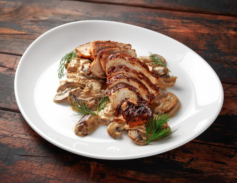 烤切片鸡胸脯用乳脂状的蘑菇酱油 健康的食物 免版税库存图片