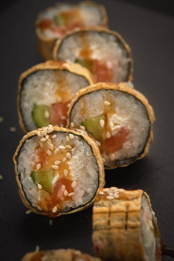 烤加利福尼亚寿司卷 库存图片