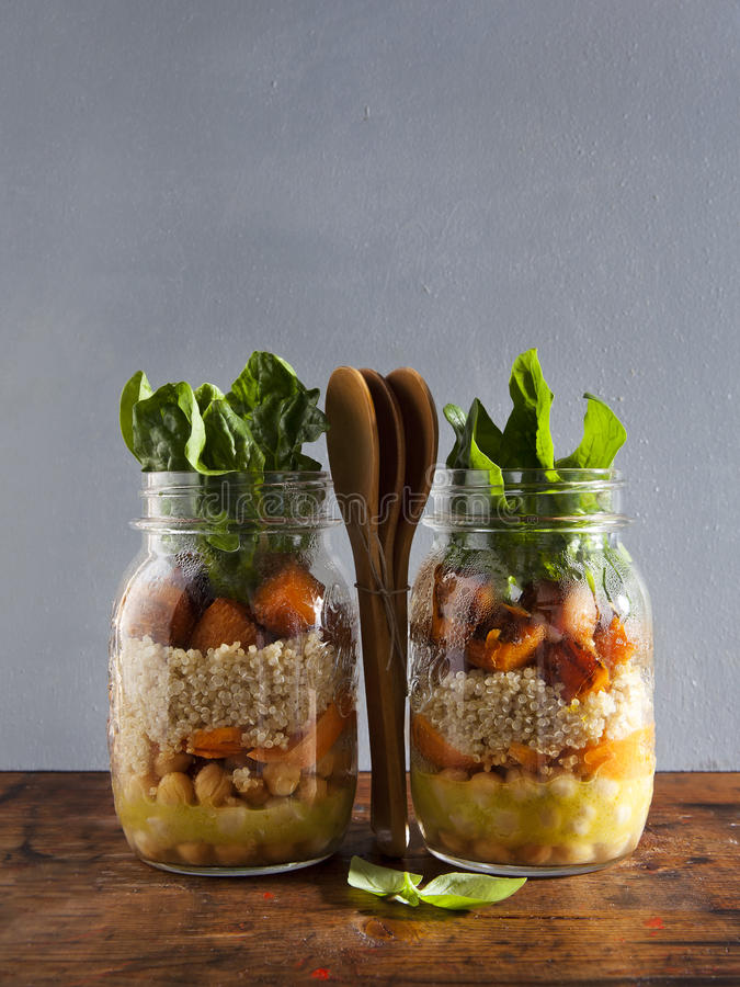 从烤南瓜,鸡豆,红萝卜,奎奴亚藜的热的沙拉,和 库存图片