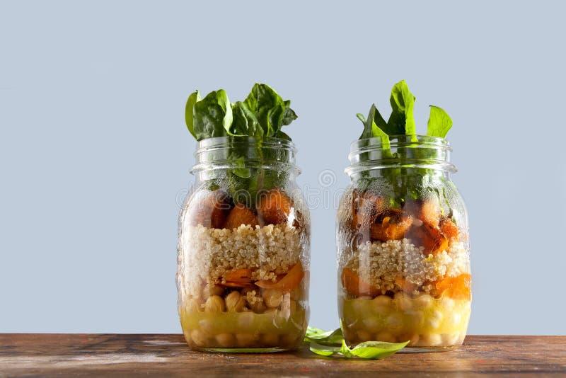 从烤南瓜,鸡豆,红萝卜,奎奴亚藜的热的沙拉,和 免版税图库摄影