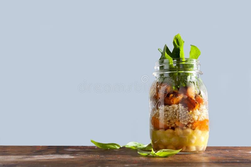 从烤南瓜,鸡豆,红萝卜,奎奴亚藜的热的沙拉,和 免版税库存照片