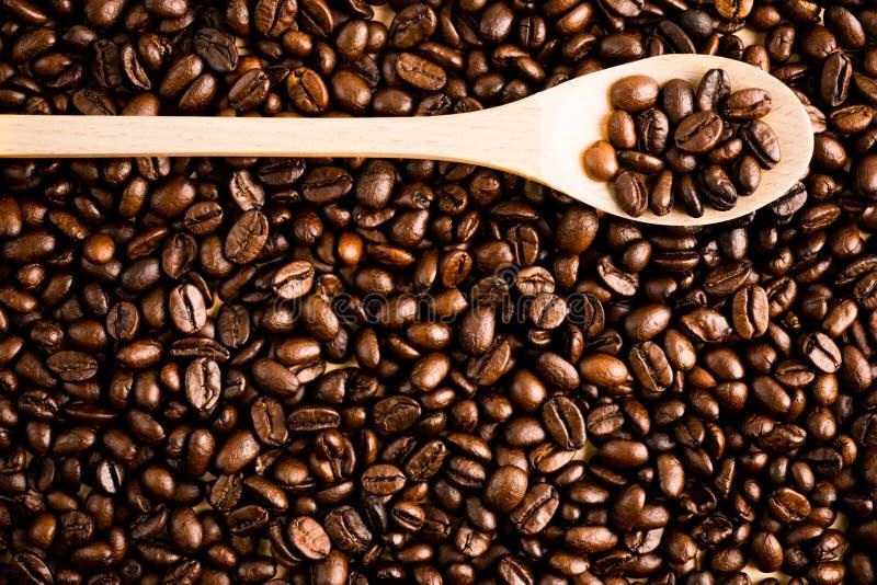 烤咖啡豆背景和纹理与木匙子, co 库存照片