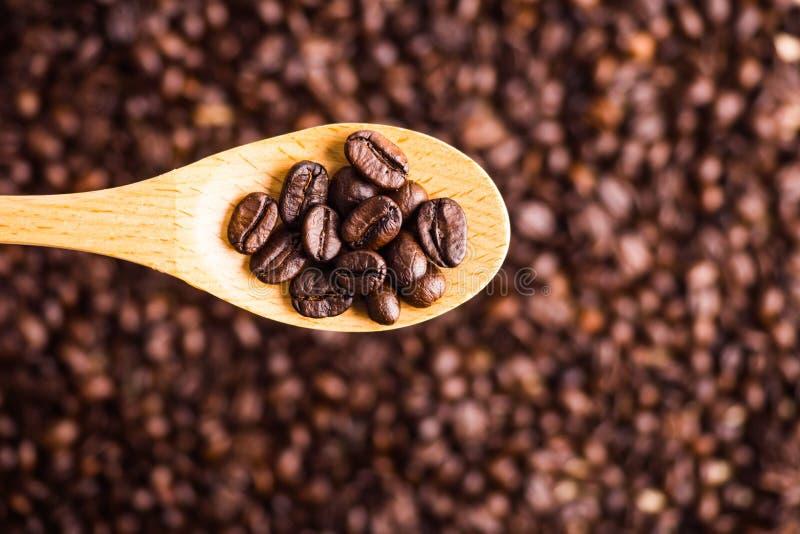 烤咖啡豆背景和纹理与木匙子, se 免版税库存图片