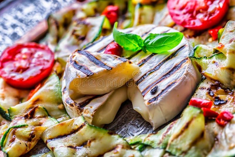 烤咸味干乳酪软制乳酪乳酪夏南瓜用辣椒和橄榄油 意大利地中海或希腊烹调 免版税图库摄影