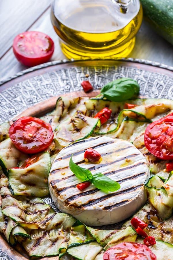 烤咸味干乳酪软制乳酪乳酪夏南瓜用辣椒和橄榄油 意大利地中海或希腊烹调 库存照片