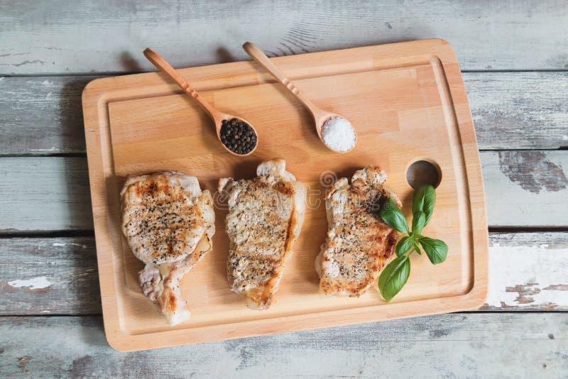 烤在切板的猪肉牛排 免版税库存照片