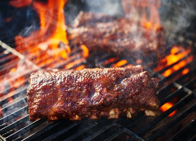 烤在发火焰格栅的烤肉肋骨 免版税库存图片