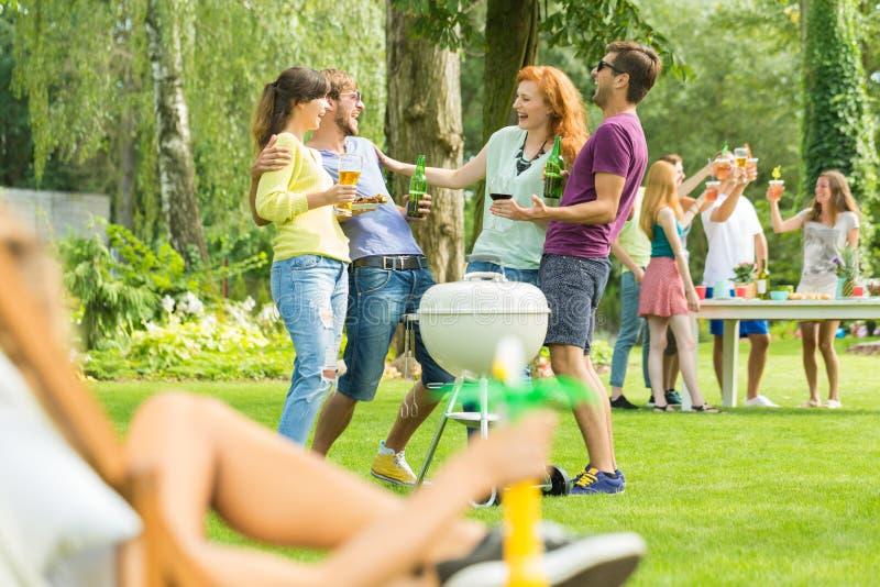 烤在庭院里的青年人 库存图片