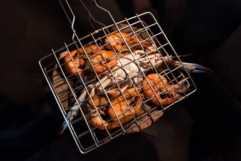 烤在木炭火炉野营在营火的花螃蟹和虾 库存照片