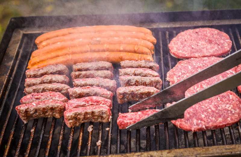 烤在烤肉格栅的肉与煤炭 图库摄影